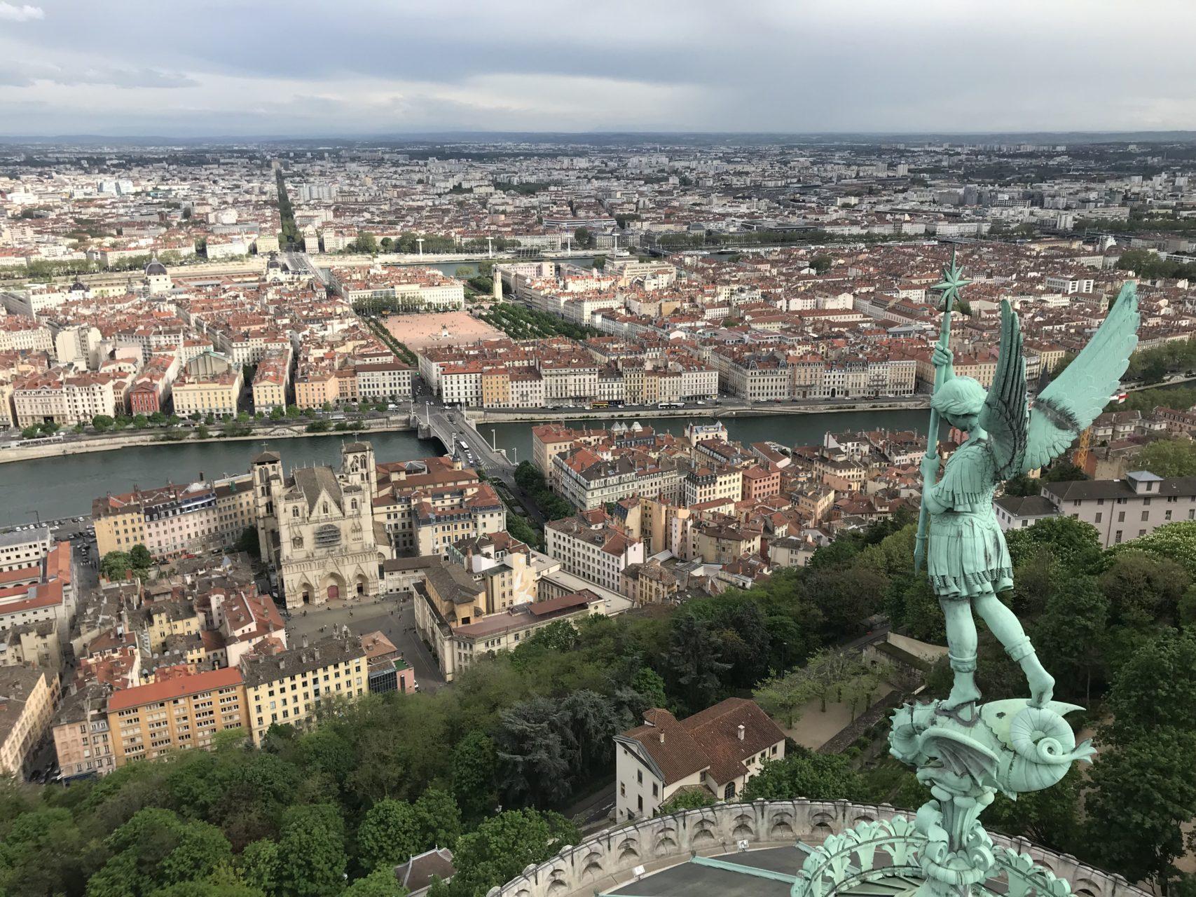 L'archange Saint Michel sur les toits de Fourvière